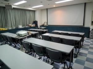 赤いドアを開けると研修室です。会員が既に集まっているはずです。ご不明の場合は事務局までご連絡ください(taka@ourdent.com)