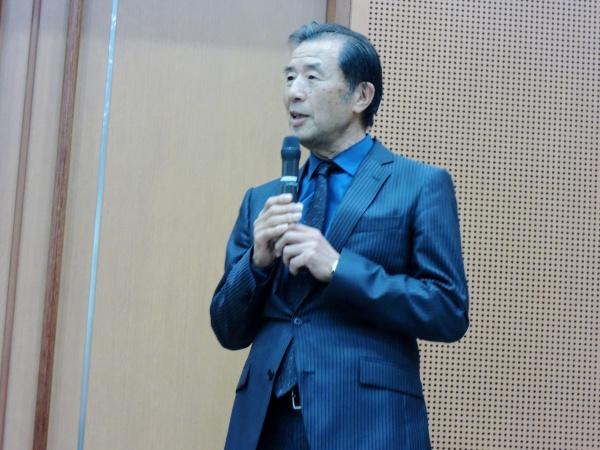 最高顧問の添島正和先生が山﨑治先生を紹介しました。奇しくも治先生が大学を卒業し、原宿に勤めはじめた1999年は熊本SJCD発足の年でもありました。