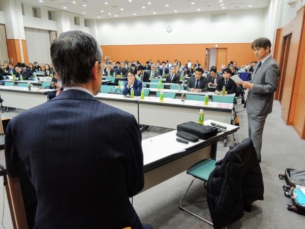 15時半、すべての講演が終了し質疑応答の時間となりました。会場から集めた質問票を手に三村彰吾理事が進行いたします。