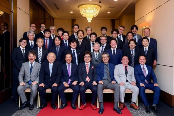 最後は出席者揃っての集合写真。今回も岩崎智幸顧問に大活躍していただきました。