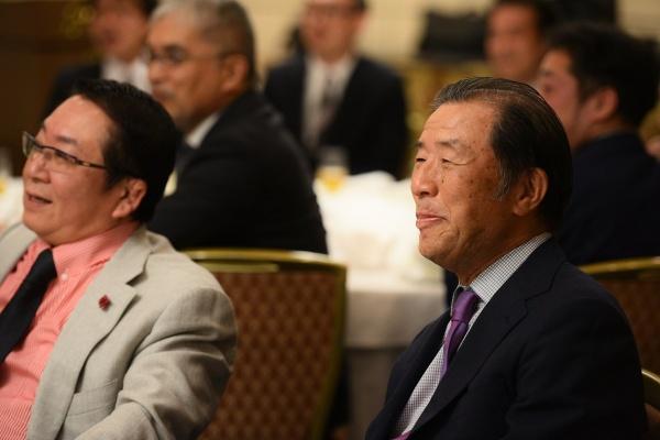 笑顔で見守る吉永修顧問、添島正和最高顧問