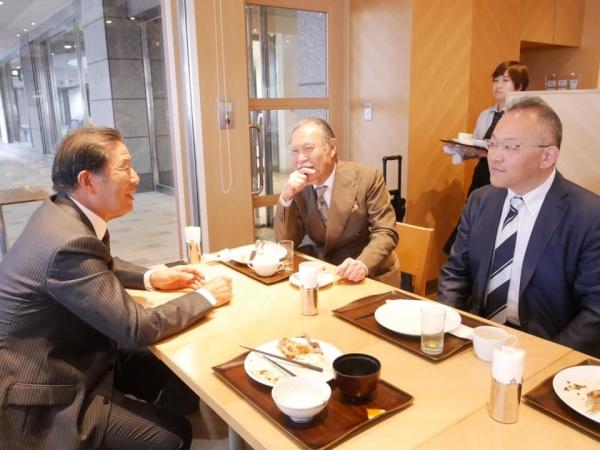 講演に先立ち、宿泊先のホテルで朝食を共にする添島正和先生たち