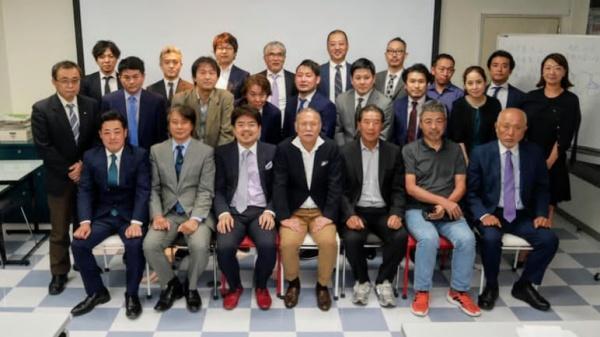 最後は参加者で山﨑長郎先生を囲んで記念撮影。